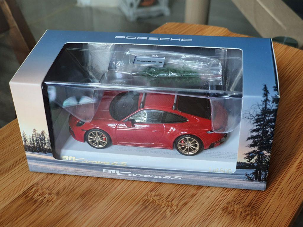 Porsche 911 (992) Carrera 4S Christmas Edition spark 1:43