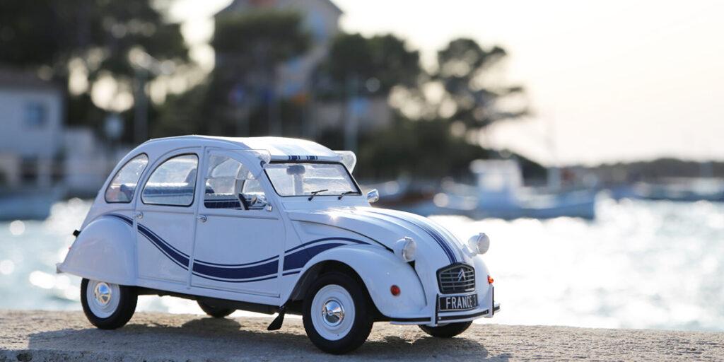 La mythique Citroën 2cv dans sa version France 3 par Z Models au 1:12ème