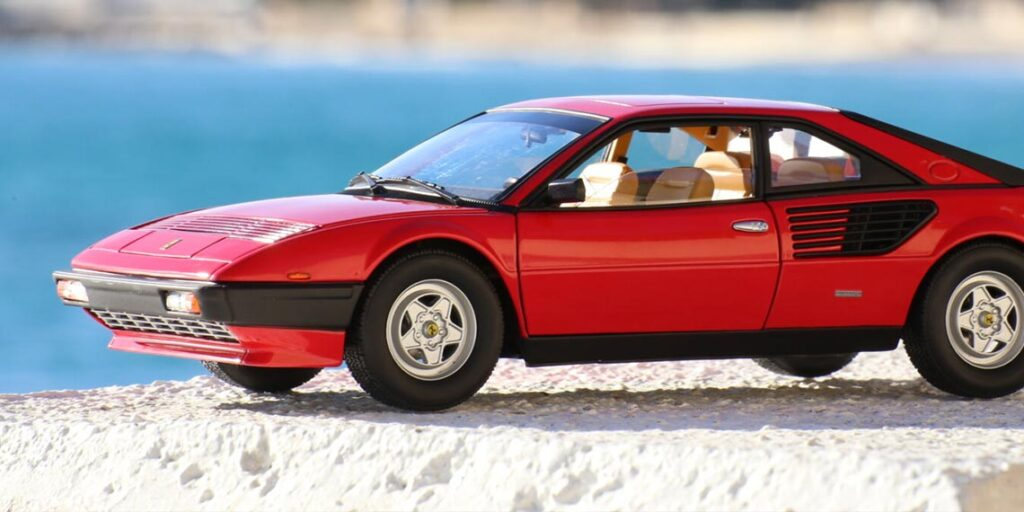 Faisons un retour dans les années 80′ et penchons nous sur une mal aimée pourtant pleine d'atouts, la Ferrari Mondial 8 au 1:18ème par Hot-Wheels Elite – Présentation.